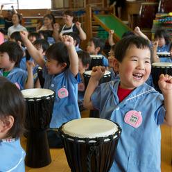 幼稚園、保育園、保育所、託児所、2歳〜参加可能なドラムカフェの対話型ドラミング