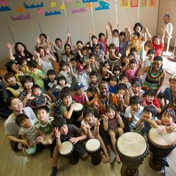 幼稚園、保育所にて子供達、保護者、先生と皆を笑顔にするドラムカフェの楽しいインタラクティブドラミングで復興支援