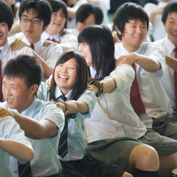 思春期の難しい生徒たちに笑顔と協調をもたらすドラムカフェの対話型イベント