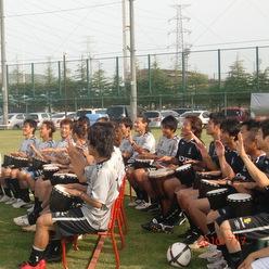 サッカーチームも利用する屋外でも実施可能なドラムカフェの対話型チームビルディング
