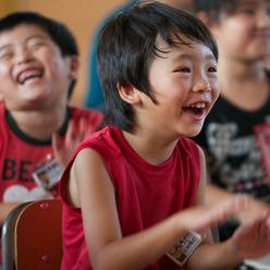 子供たちに笑顔と元気を与えるNPOドラムカフェの対話型ドラミングチャリティー
