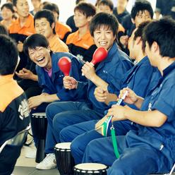 参加者を笑顔にするドラムカフェのインタラクティブエンターテイメント