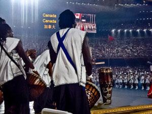 スタジアム、大規模コンサート、ドラムカフェは大規模なスタジアムイベントの開催で長い歴史とノウハウを持っています。ウェンブリーでのライブ・アース(Live Earth)のオープニング曲から、パークでのマンデラコンサート、北京オリンピックの開会式やヨハネスブルクでのサッカー・ワールドカップまで、大規模なショーや2万人までの観客との対話的音楽を作り出すことができます。