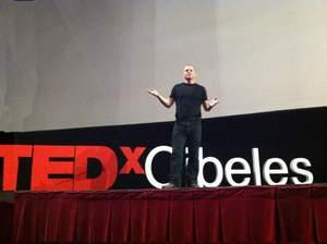 基調演説、講演、私たちはドラミングに強い信念を持っています。ドラムカフェは世界中の6つ以上のTEDxイベントでスピーチをしました。内容は繋がりを強くするため、コミュニティの身体的なグループ活動の必要性や、テクノロジーがどのように真のつながりを遠ざけるのか、またはUbuntu(ウブントゥ)の信念やコミュニティの力がどのように私たちを癒し、幸せにしてくれるかなどについてです。ドラミングは楽しいだけではなく非常に合理的なのです。